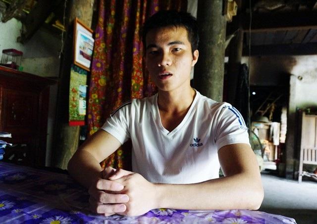 Với cánh tay trái bị lệch khớp, không thể làm được việc nặng cộng với gia cảnh nghèo khó, đường đến giảng đường của cậu tân sinh viên hết sức gập ghềnh, khó khăn