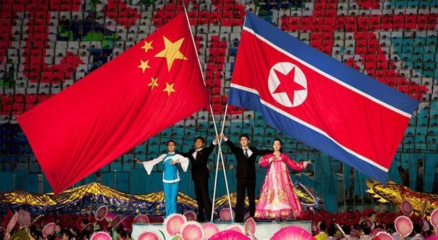 Cờ Triều Tiên và Trung Quốc trong một tiết mục biểu diễn tại lễ hội Ariang ở thủ đô Bình Nhưỡng, Triều Tiên (Ảnh: KCNA)