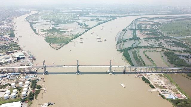 Cầu Bạch Đằng, cây cầu hơn 7.000 tỉ đồng nối tỉnh Quảng Ninh với TP. Hải Phòng sắp hoàn thành với khối lượng các phần việc đã đạt hơn 90%. Cây cầu hoành tráng này khi đi vào khai thác sẽ rút ngắn thời gian chạy xe ô tô chạy từ Hà Nội tới Quảng Ninh từ 3,5 giờ xuống chỉ còn 1,5 giờ. (Ảnh: An Nhiên)
