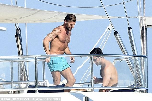 Ricky Martin và chồng Jwan Yosef đang tận hưởng kỳ nghỉ hè tại Châu Âu. Cặp đôi nằm dài sưởi nắng trên boong tàu và trò chuyện với bạn bè