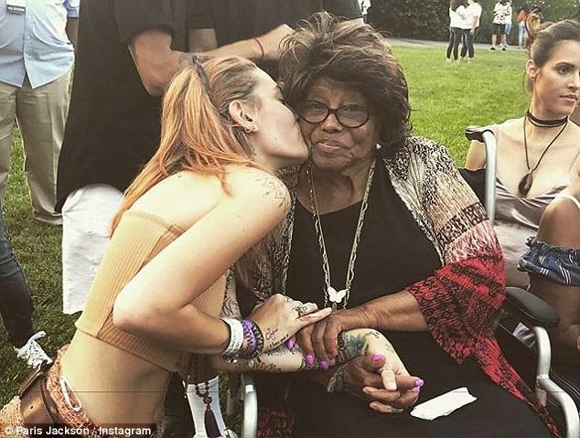 Paris Jackson âu yếm hôn má bà nội khi bà Katherine tới xem cô trình diễn tại Los Angeles dịp cuối tuần