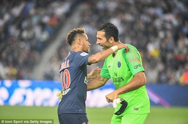 Thủ thành Buffon ăn mừng cùng Neymar
