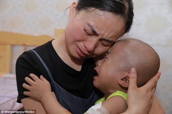 """Clip """"em bé ung thư lau nước mắt cho mẹ"""" khiến dân mạng cảm động - 1"""