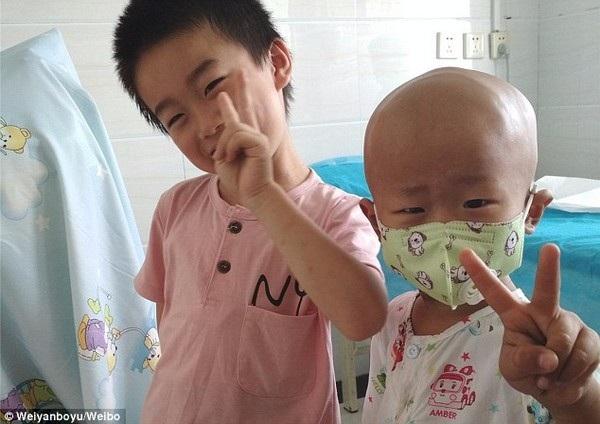 Junyang chụp ảnh cùng anh trai của mình trong bệnh viện
