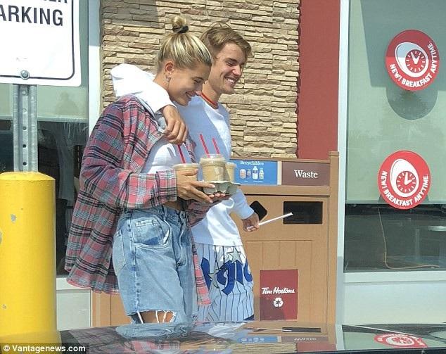 Justin Bieber đưa Hailey Baldwin về quê nhà ở Stratford, Ontario, Canada để ra mắt người thân và bạn bè.