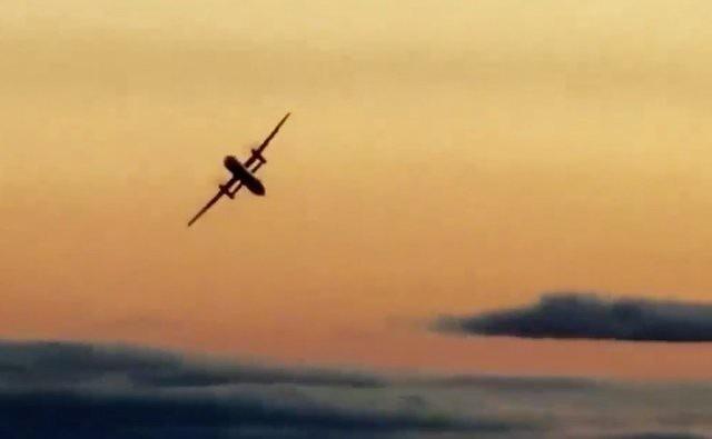 Ảnh chụp màn hình video quay lại cảnh máy bay Q400 bay trên bầu trời Washington sau khi bị đưa ra khỏi sân bay (Ảnh: Seattle Times)