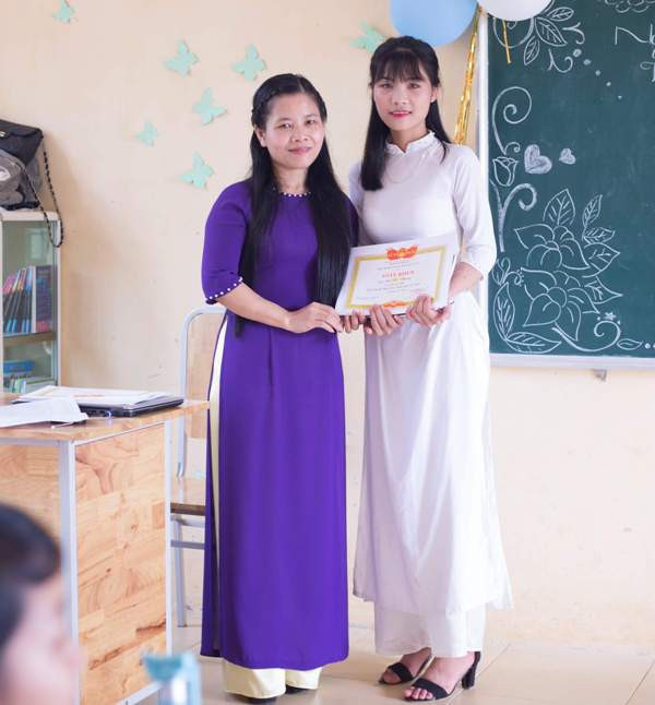 Dù sinh ra và lớn lên ở vùng có điều kiện đặc biệt khó khăn, nhưng nữ sinh Hà Thị Nhung đã đạt kết quả học tập đáng khâm phục. Trong ảnh: Cô giáo chủ nhiệm Lê Thị Hoa (bên trái) và em Nhung.