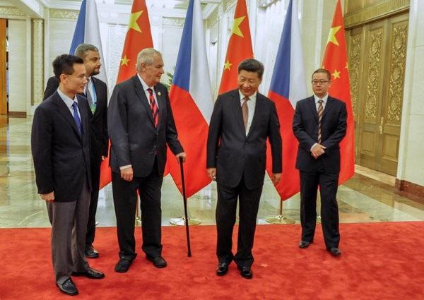 Tổng thống Cộng hòa Séc Milos Zeman (thứ 3 từ trái sang) và Chủ tịch Trung Quốc Tập Cận Bình (thứ 2 từ phải sang) trong chuyến thăm của ông Tập tới Prague năm 2016 (Ảnh: Czech News)