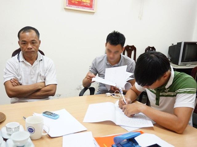 Cán bộ Phòng cảnh sát truy nã tội phạm Công an tỉnh Nghệ An làm thủ tục tiếp nhận đối tượng đầu thú đối với Vi Văn Học