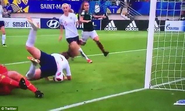 Ngay cả khi ngã xuống sân, Lauren Hemp vẫn... ghi bàn