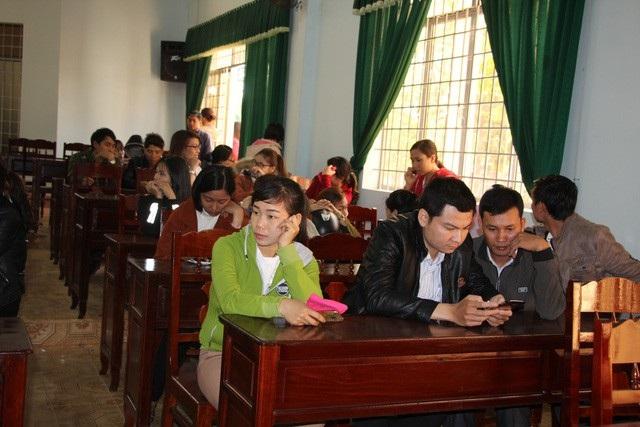 Các giáo viên xót xa khi sẽ bị chấm dứt hợp đồng lao động.