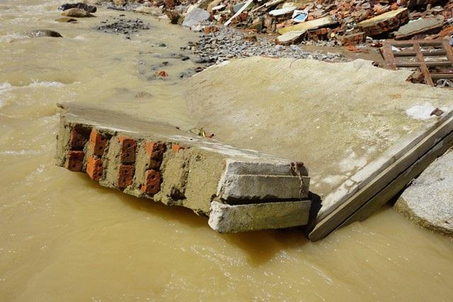 Cả bức tường đổ ập, đang ngâm mình dưới nước