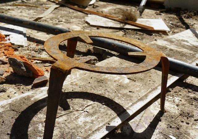 Một số vật dụng sinh hoạt của các giáo viên chơ vơ trên nền gạch sau khi cả dãy nhà bị cuốn xuống suối