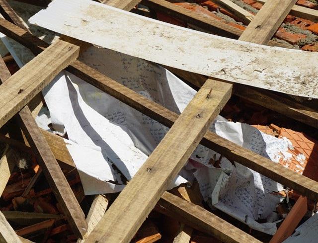 Những cuốn giáo án không kịp sơ tán khi cơn lũ đe dọa sự an toàn của dãy nhà