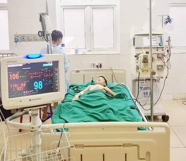 Bệnh nhân B.X.T đang được lọc máu liên tục tại khoa HSCĐ - Bệnh viện Sản Nhi Nghệ An (Ảnh: BV cung cấp)