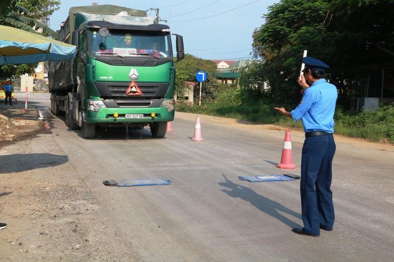 """Ninh Bình: Mật phục dẹp """"tận gốc"""" nạn xe quá tải hoành hành! - Ảnh 1."""