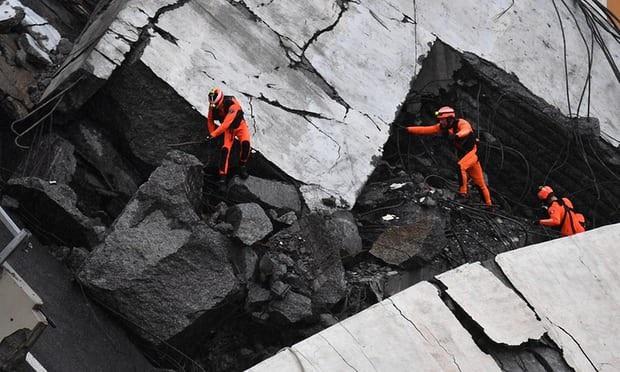 """""""Ban đầu những trụ cầu trung tâm bị vỡ, sau đó tất cả những thứ khác cũng sập theo"""", nhân chứng Davide Ricci nói, đồng thời cho biết vị trí cầu bị sập chỉ cách xe của anh khoảng 20m. (Ảnh: EPA)"""