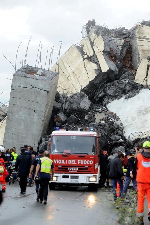 Một quan chức cấp cao tại cơ quan bảo vệ dân sự Italy cho biết khoảng 30 ô tô và 10 xe tải đang lưu thông trên cầu khi vụ tai nạn xảy ra. (Ảnh: Reuters)