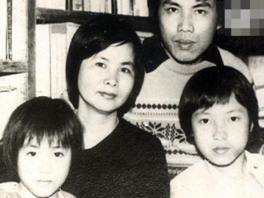BTV Lưu Minh Vũ (ngoài cùng, bên phải cùng bố má và em trai ngày trước. (ảnh tư liệu)