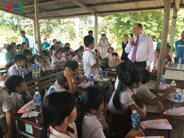 Roche Việt Nam đồng hành cùng chương trình Trao tặng xe đạp cho trẻ em hiếu học có hoàn cảnh khó khăn tại xã Phước Thạnh, huyện Củ Chi, TP HCM.