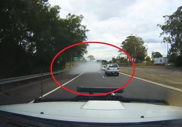 Làn khói trắng bất ngờ bốc ra và chiếc xe đã... biến mất sau khi khói tan