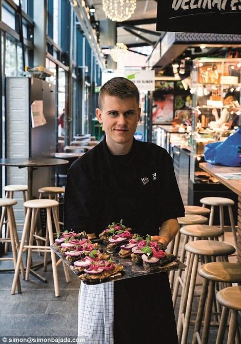 """Món bánh mì lúa mạch đen ăn cùng thịt nguội, cá hun khói, pho-mát hoặc pa-tê… được người dân Copenhagen (Đan Mạch) gọi tắt là """"smorrebrod"""". Món này đứng ở vị trí thứ 6."""