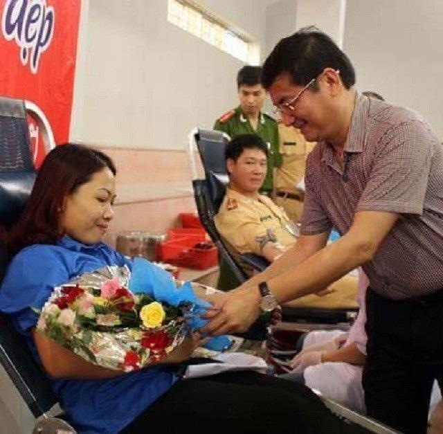 Chị Phương Lan được ông Trần Tiến Dũng, Phó Chủ tịch UBND tỉnh Quảng Bình tặng hoa trong một lần tham gia hiến máu tình nguyện