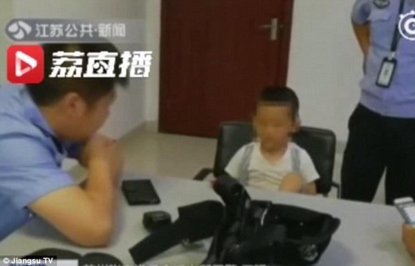Cậu bé Kaikai được giữ lại ở đồn cảnh sát sau khi đi lạc khỏi nhà hơn 8km