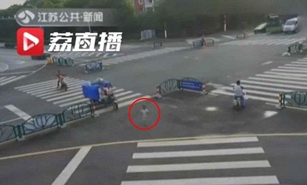 Hình ảnh cậu bé Kaikai chạy băng qua đường cực nguy hiểm được camera giám sát ghi lại được