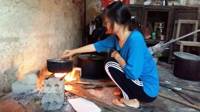 Hàng ngày Thúy vẫn luôn chăm chỉ việc nhà, giúp mẹ, giúp em làm các công việc như cho lợn ăn, nấu cơm...