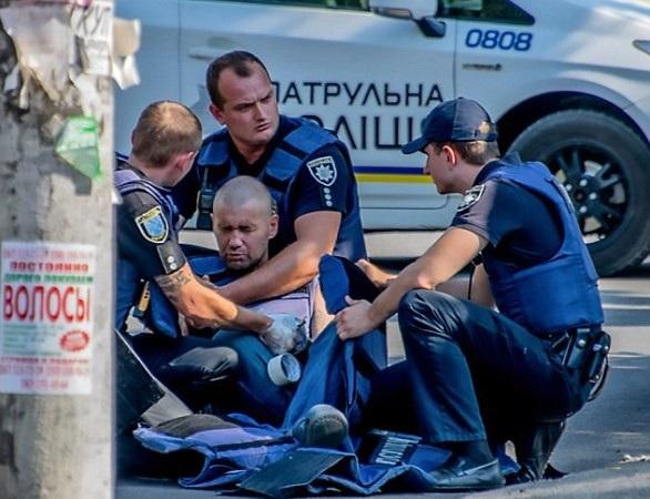 Nạn nhân được cảnh sát vây quanh hỗ trợ
