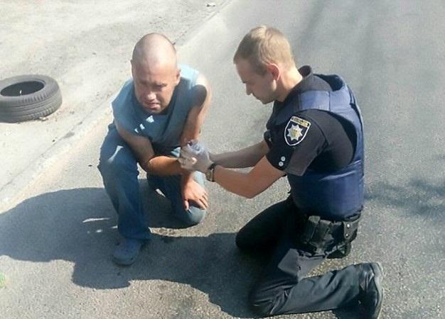 Sợ hãi tột cùng khi đưa lựu đạn cho cảnh sát