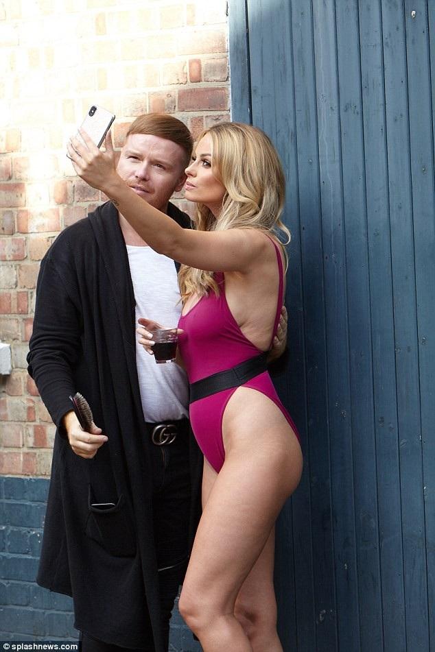 Người mẫu 31 tuổi nhí nhảnh chụp hình tự sướng cùng chuyên gia trang điểm