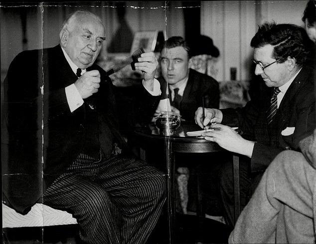Ông Louis Lumiere (ngoài cùng bên trái) - một trong hai anh em nhà Lumiere - trong những năm tháng tuổi già. Anh em nhà Lumiere được xem là những nhà làm phim đầu tiên trong lịch sử điện ảnh.