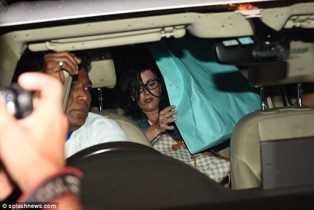 Bố mẹ Nick Jonas xuất hiện tại Ấn Độ