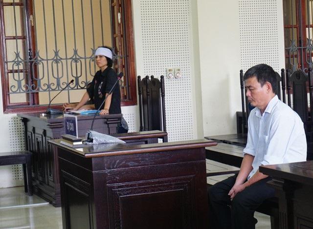 Trong vụ án này, bị cáo và bị hại là cậu cháu ruột. Bị cáo Định cúi đầu khi người cháu gái - là đại diện hợp pháp cho người bị hại đưa ra những lập luận buộc tội mình