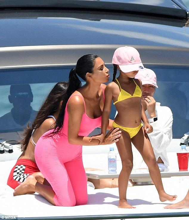 Kim Kardashian đưa con gái North West đi chơi du thuyền tại Miami ngày 15/8 vừa qua