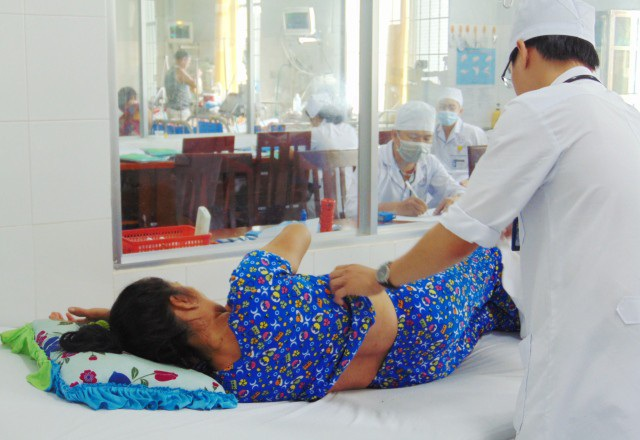 Một nạn nhân bị ong vò vẽ đốt đang được điều trị tại bệnh viện Bạc Liêu.