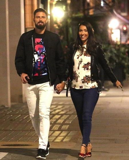 Giroud gây chú ý khi đi ăn tối với vợ