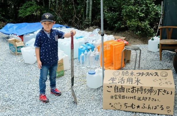 Ngoài chơi trống, cậu bé Torataro còn thường xuyên tham gia các hoạt động xã hội