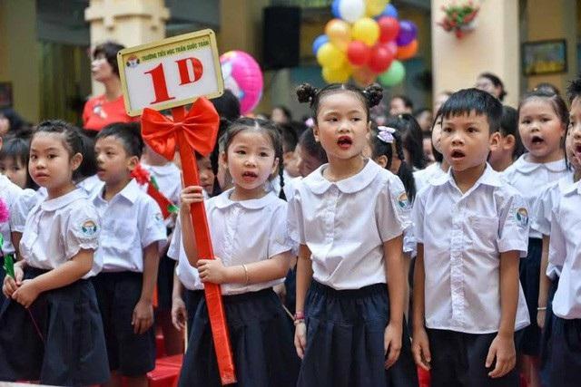 Năm nay tại Hà Nội có 130.000 học sinh vào lớp 1, tăng 30.000 HS so với năm ngoái. Trong ảnh: Học sinh lớp 1 Trường tiểu học Trần Quốc Toản (quận Hoàn Kiếm, Hà Nội) trong lễ khai giảng năm học mới 2017-2018. (Ảnh: Toàn Vũ)