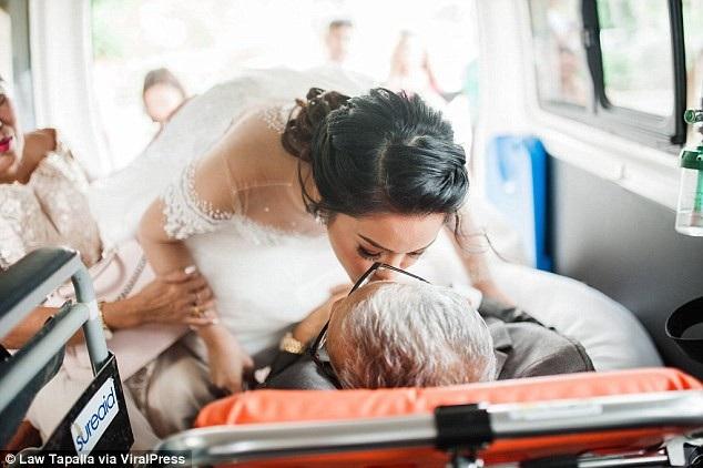 Cô dâu Charlotte ra đón cha được đưa đến bằng xe của bệnh viện.