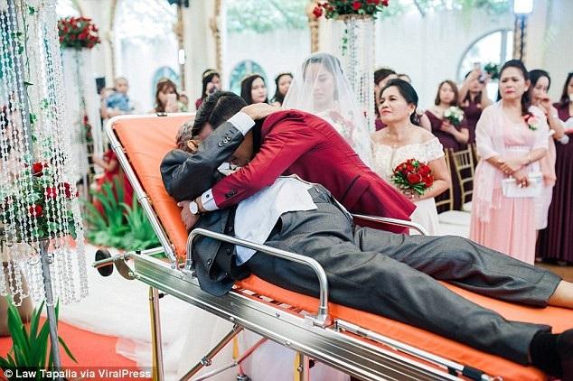 Chú rể ôm cha vợ. Có thể thấy nhiều vị khách đã rơi nước mắt vì xúc động trước những gì được chứng kiến.