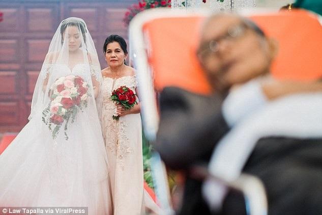 Những bức ảnh cưới đã xuất hiện trên nhiều tờ tin tức như một câu chuyện cảm động, ý nghĩa trong cuộc sống.