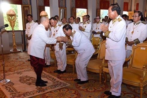 Quốc vương Campuchia trao sắc chỉ hoàng gia bổ nhiệm ông Hun Sen làm Thủ tướng ngày 17/8 (ảnh: VOV)