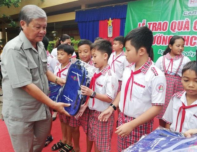 Ông Nguyễn Kiên Nhẫn - Chủ tịch Hội Khuyến học tỉnh Bạc Liêu trao ba lô cho học sinh.
