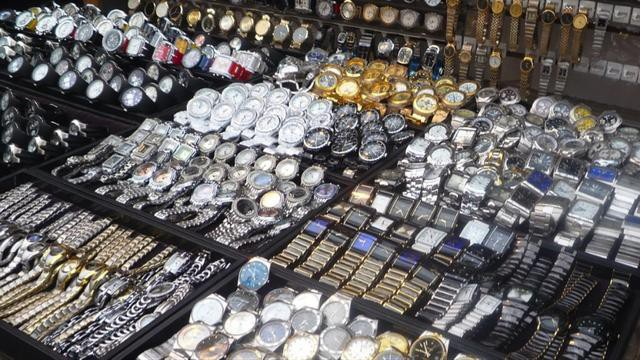 Đồng hồ fake được bày bán công khai