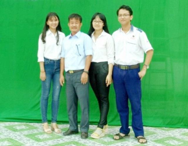 Thầy Nguyễn Văn Cum (thứ hai, bên trái) và học sinh Trường THPT An Lạc Thôn.