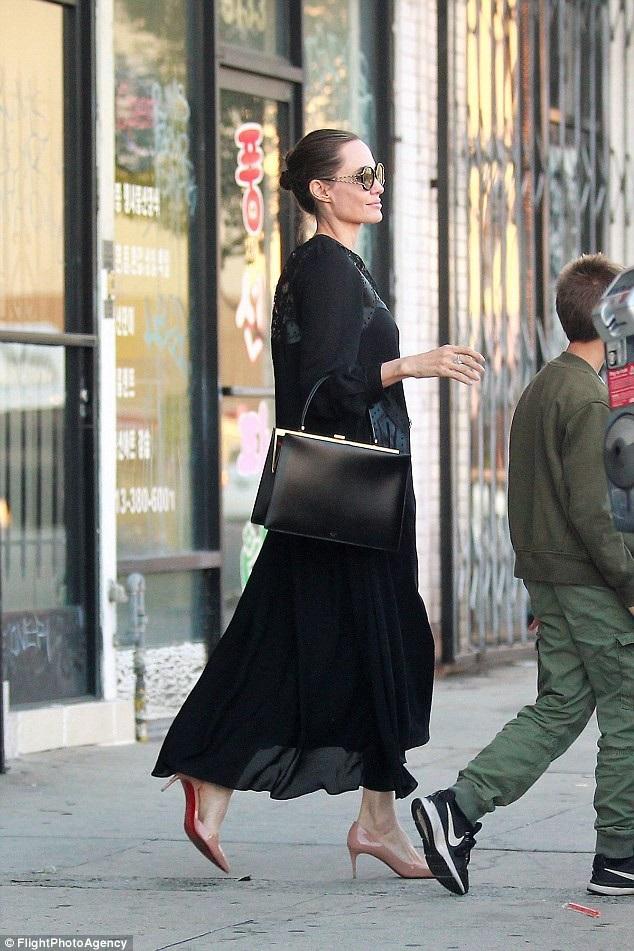 Angelina Jolie trung thành với các trang phục màu đen