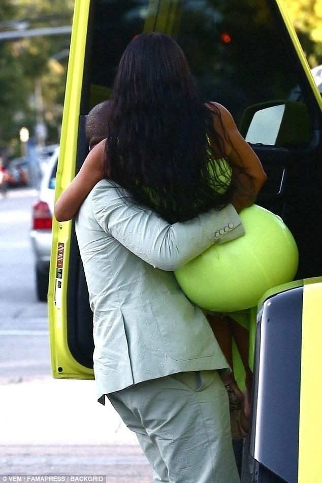 Rapper 41 tuổi ga lăng bế vợ ra khỏi xe ô tô